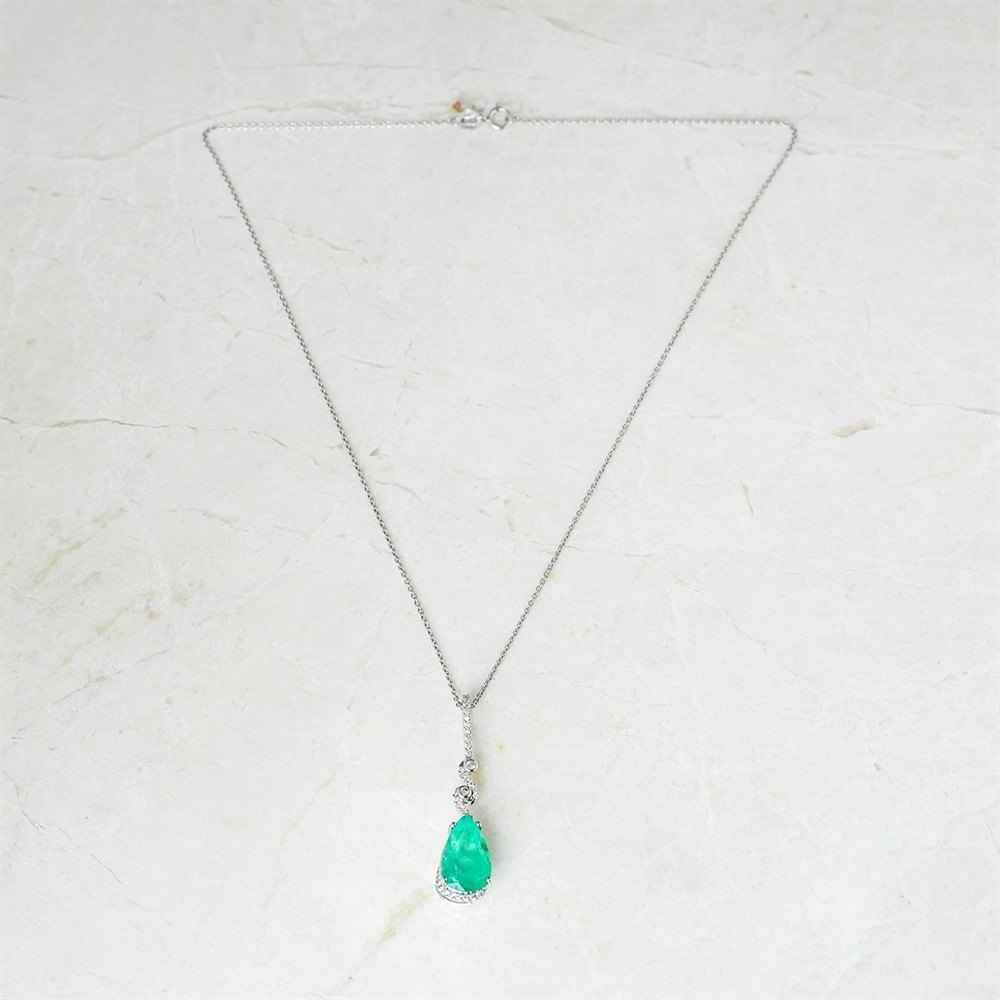 18k White Gold - total weight 5.53 grams 18k White Gold 4.04ct Colombian Emerald & 0.34ct Diamond Twist Necklace