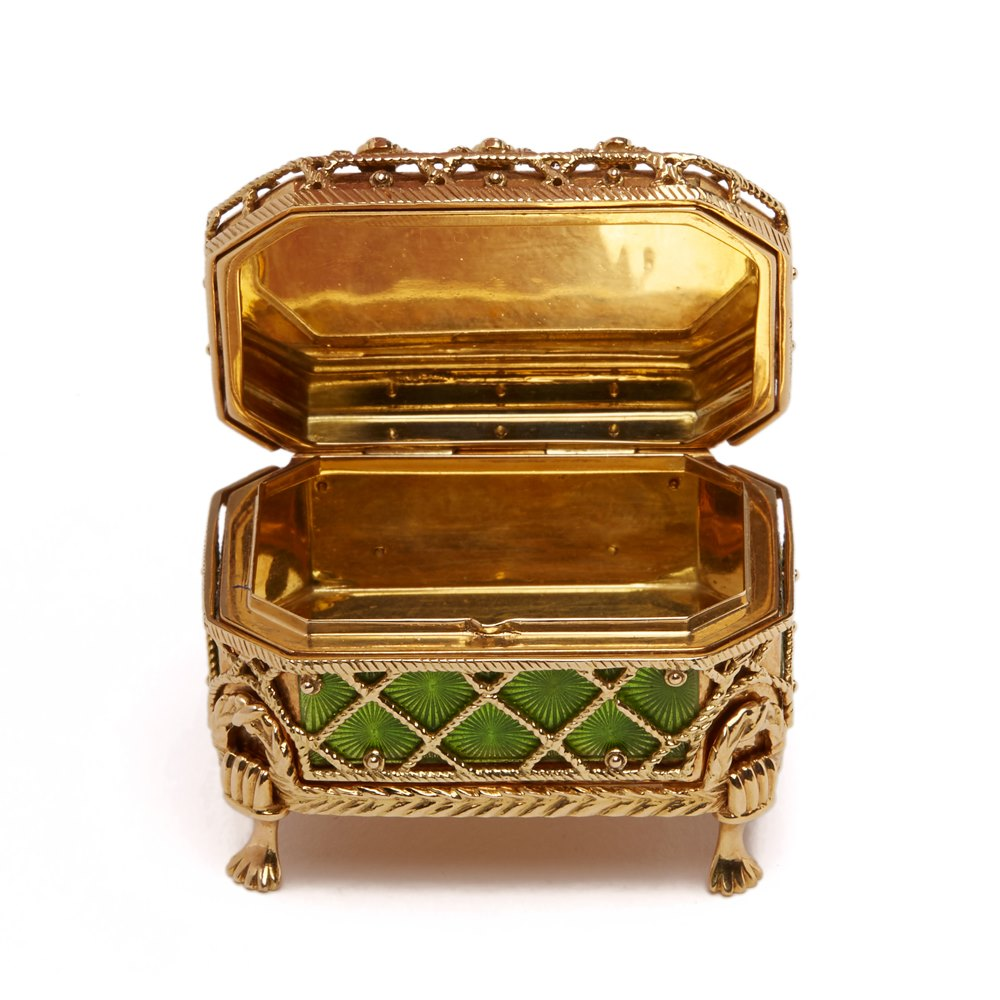 VICTOR MAYER, FABERGÉ 18K GOLD PILL BOX & STAND Latter 20th Century