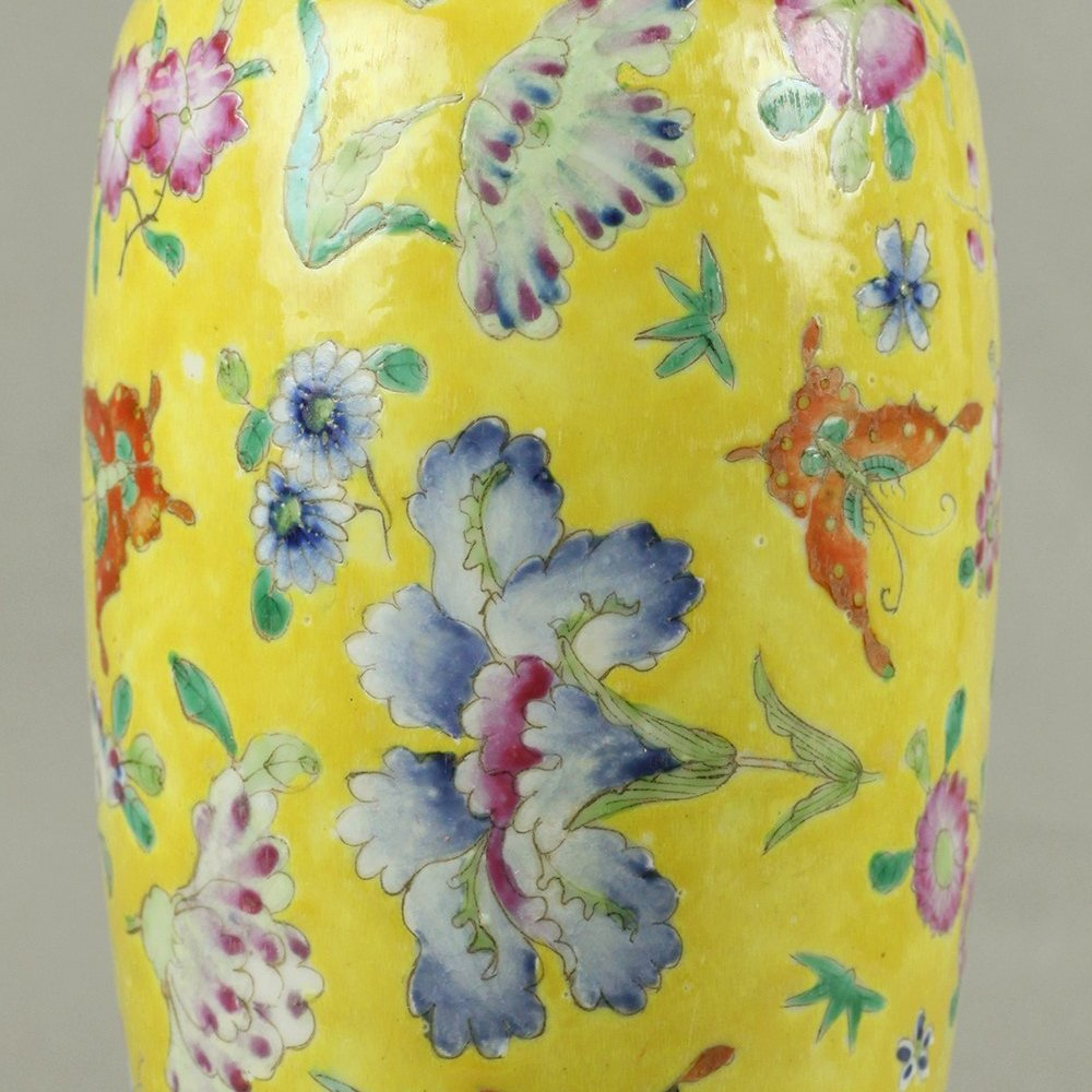 GROUND FAMILLE ROSE VASE The vase dates from the 19th century