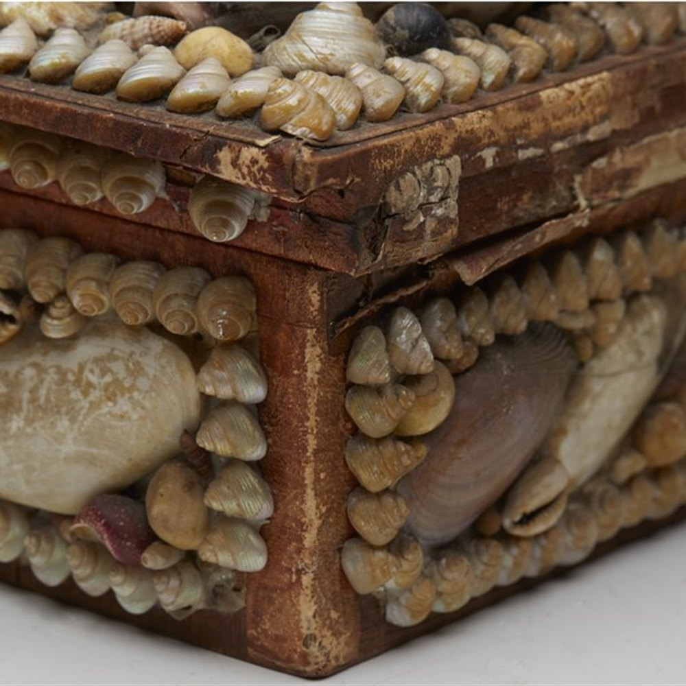 SHELL ENCRUSTED SEWING BOX Dates from the 19th century