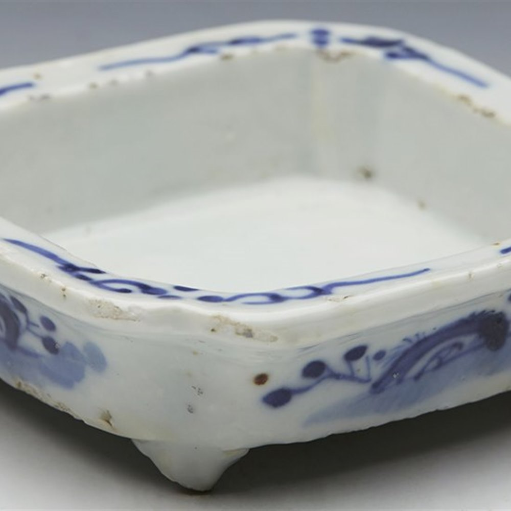 ANTIQUE CHINESE BLUE & WHITE FOUR FOOTED BRUSH WASHER 17/18TH C.