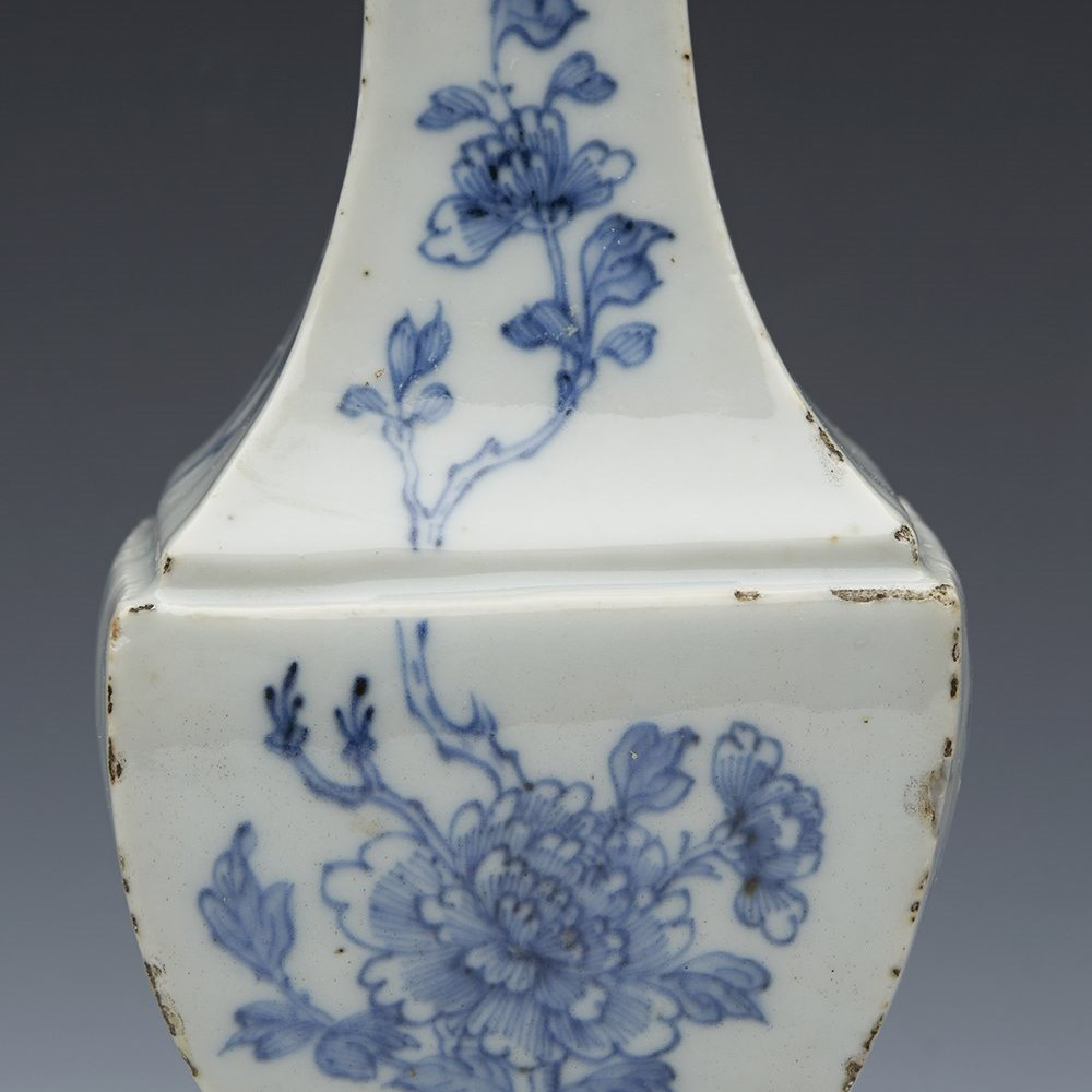 CHINESE PEDESTAL VASE 17/18TH C The vase dates from the 17th or early 18th century